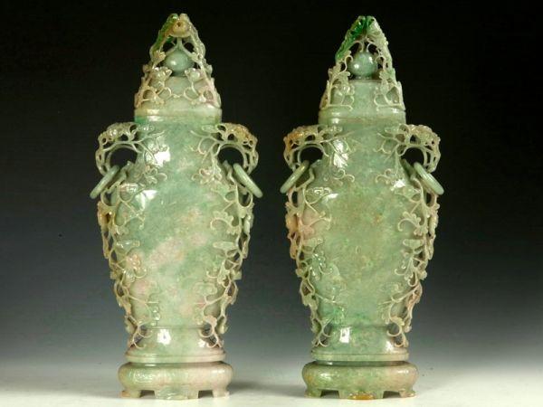 清代 · 翡翠缠枝菊花纹环耳扁盖瓶(天津博物馆)