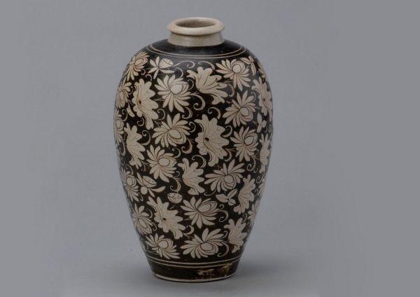 南宋 · 吉州窑黑地白花梅瓶(安徽博物院)