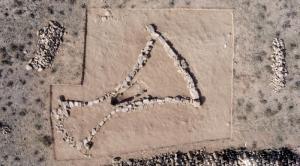 内蒙古:阿拉善发现一座青铜时代晚期亚腰形墓