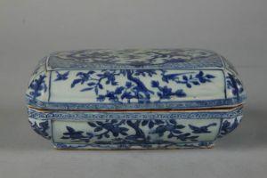 明代 · 白地青花长方瓷盒(南京博物院)