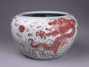 清代 · 釉里红龙纹大缸(重庆中国三峡博物馆)