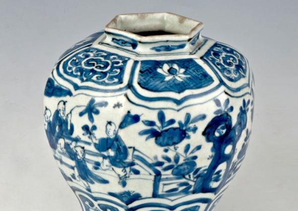明代 · 明万历青花婴戏纹六棱罐(广西壮族自治区博物馆)
