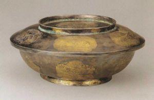 唐代 · 鎏金小簇花纹银盖碗(陕西历史博物馆)