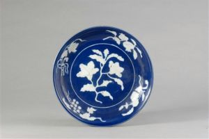 明代 · 蓝釉白花盘(安徽博物院)