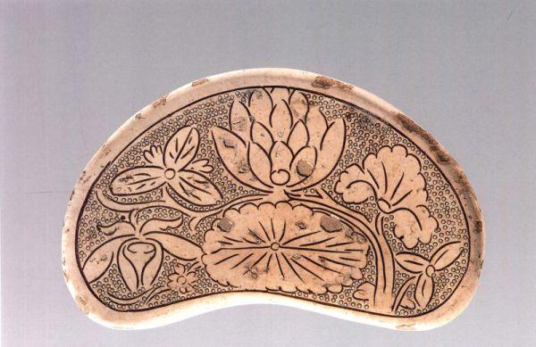 宋代 · 磁州窑白釉剔刻花瓷枕(宁夏博物馆)