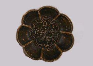唐代 · 长沙窑酱釉印花花纹碟(湖南省博物馆)