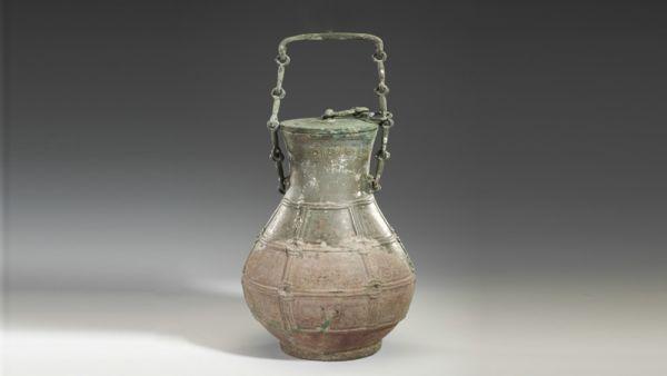 战国 · 络绳蟠螭纹链盖壶(山西博物院)