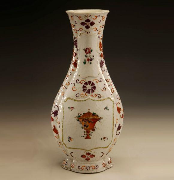 清代 · 广彩浆胎花卉奖杯纹瓜棱扁瓶(广东省博物馆)