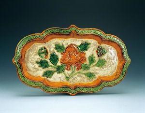 辽代 · 三彩釉印牡丹双蝶纹海棠式长盘(辽宁省博物馆)