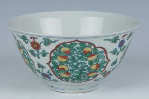 明代 · 斗彩三菓纹碗(青岛市博物馆)